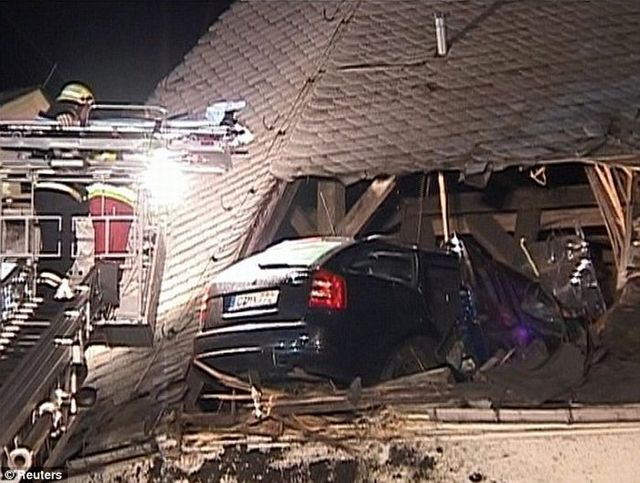 The car stuck on the roof of a church - 02