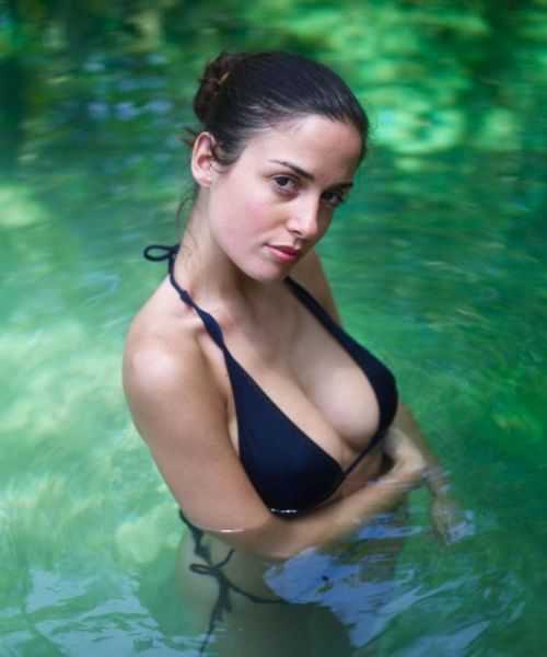Girl with a stunning body posing in water - 00