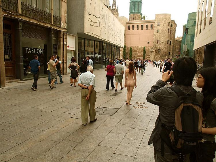 Walking naked on a busy street. Apparently, the girl has no complexes ;) - 00