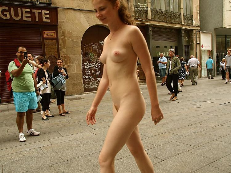 Walking naked on a busy street. Apparently, the girl has no complexes ;) - 10