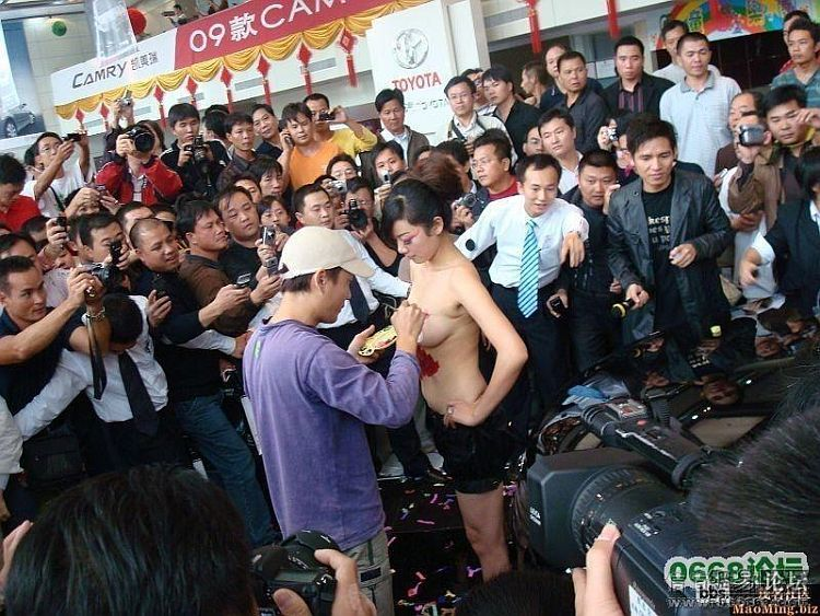 Body art at a Chinese auto show - 00