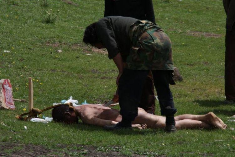 Burials in Tibet. NOT FOR SENSITIVE SOULS! - 09