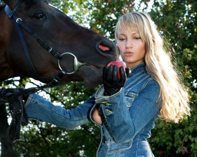 A blonde with a great ass walking with a horse - 00