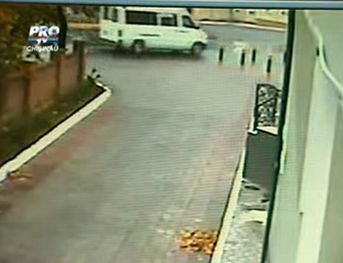 Two police officers were thrown out from the car in a collision with a minibus. Shocking video - 20091028