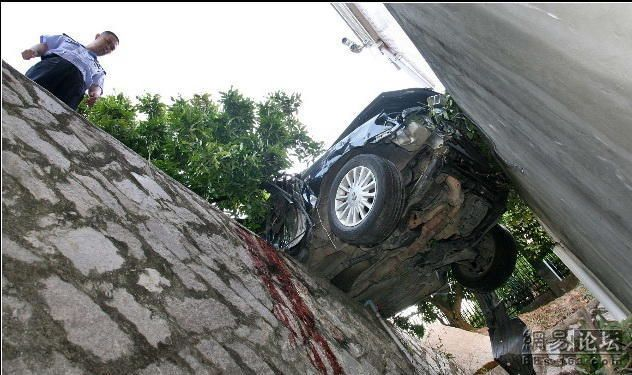 Horrific accident. The driver miraculously survived - 00
