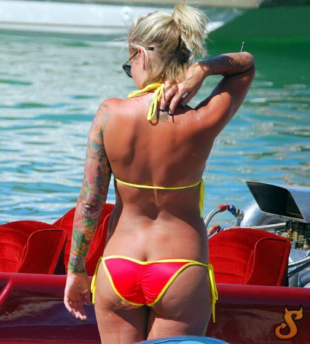 Girls and their butt cracks - 09