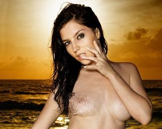 Gorgeous brunette Aurea posing on the beach