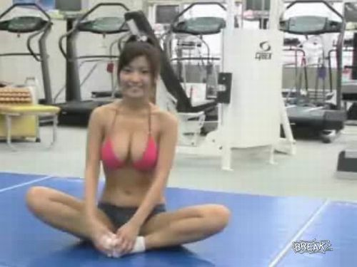 Sexy Japanese babe in the gym - 20091230