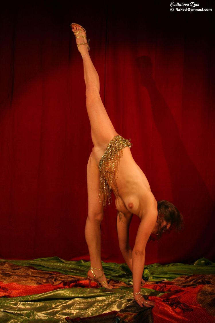 Movements of a naked gymnast - 04