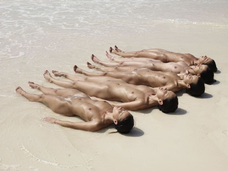 Five muchachas sunbathing at a beautiful beach - 03