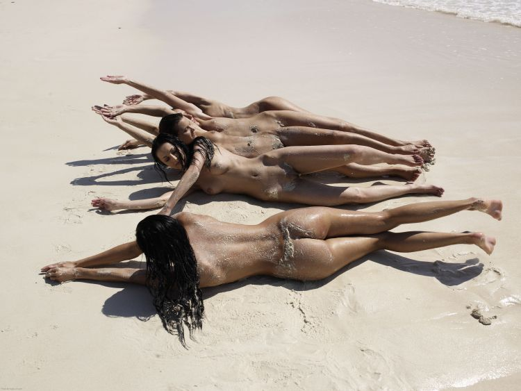 Five muchachas sunbathing at a beautiful beach - 05