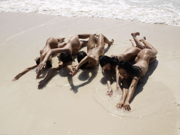 Five muchachas sunbathing at a beautiful beach - 06