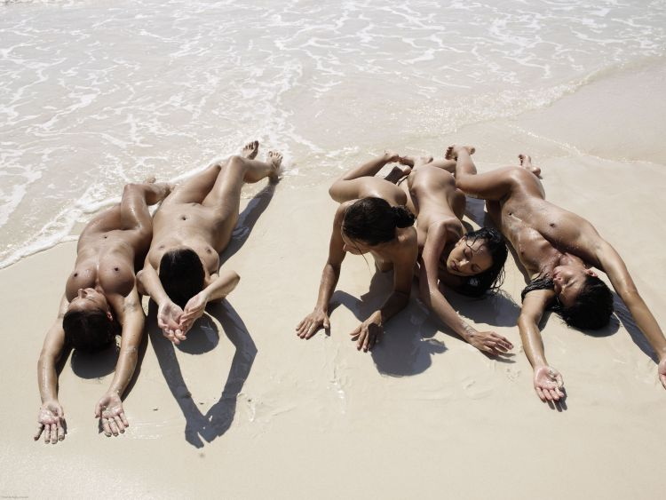 Five muchachas sunbathing at a beautiful beach - 07