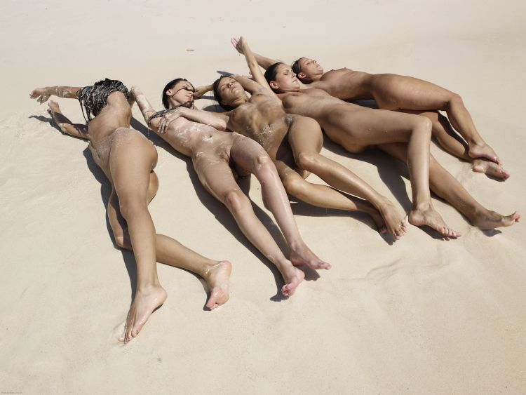 Five muchachas sunbathing at a beautiful beach - 09