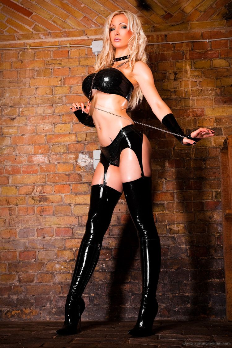 Stunning Susan Wayland dressed in black latex - 01