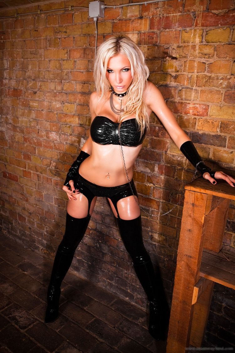 Stunning Susan Wayland dressed in black latex - 20