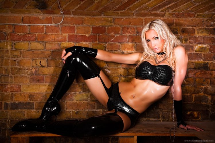 Stunning Susan Wayland dressed in black latex - 44