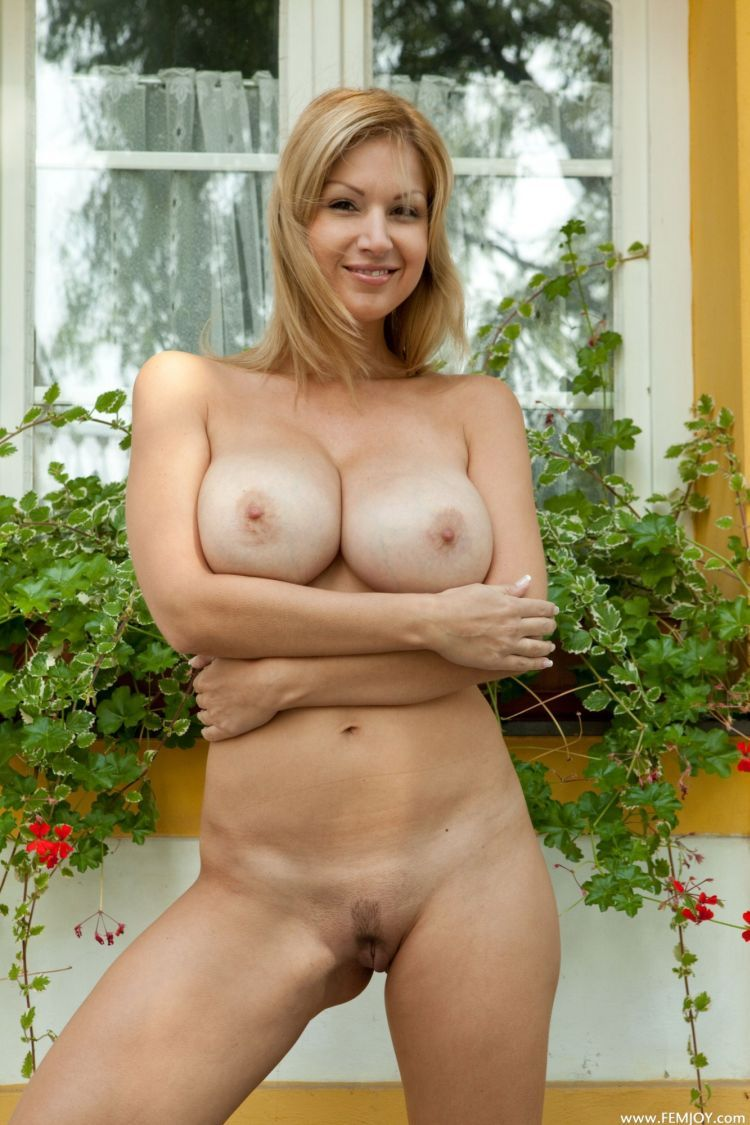 Busty muchacha with appetizing forms - 02