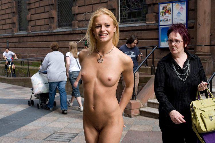 Порно голые в общественных местах фото