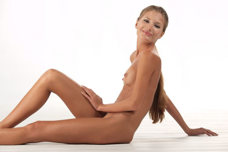 Beautiful Muchacha with graceful body forms - 04