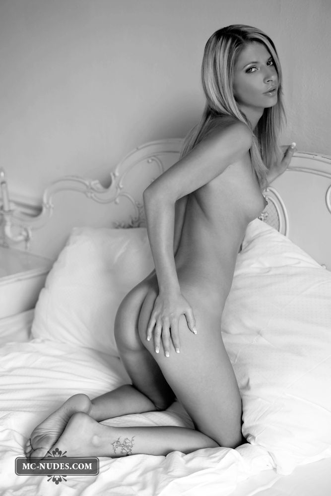 Black and white photoshoot of a sensual blonde - 03