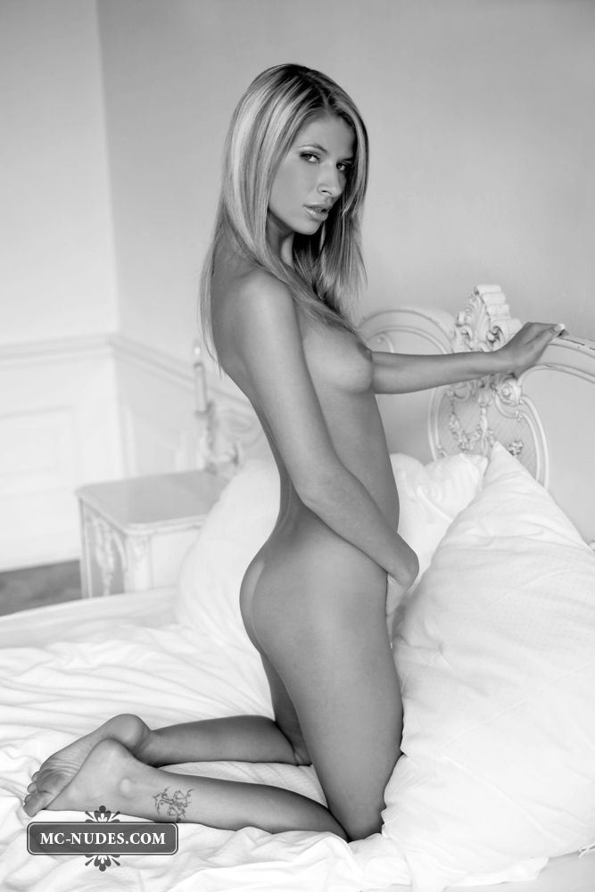 Black and white photoshoot of a sensual blonde - 05
