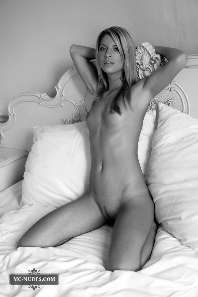 Black and white photoshoot of a sensual blonde - 06