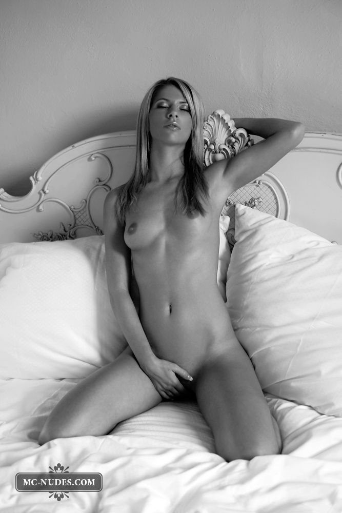 Black and white photoshoot of a sensual blonde - 07