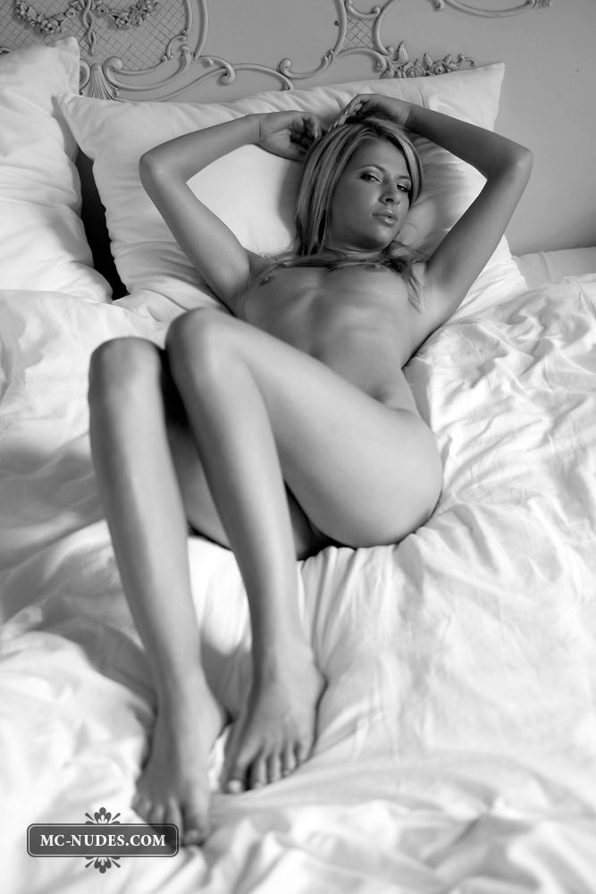 Black and white photoshoot of a sensual blonde - 08