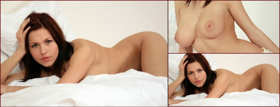 Soft bed photos of busty Iga - 7