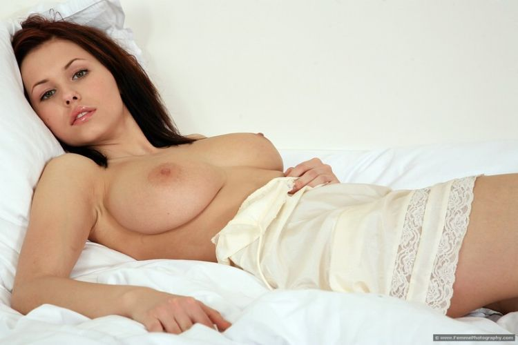 Soft bed photos of busty Iga - 01