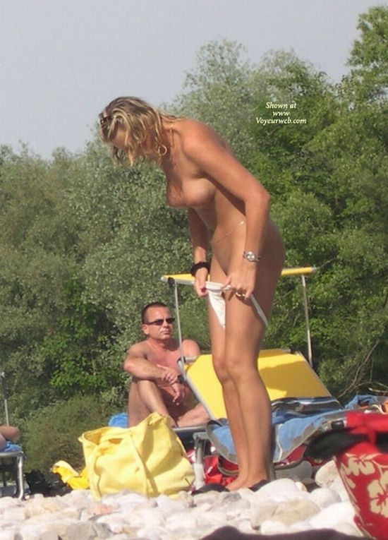Without a trace of embarrassment, these girls change their panties right on the beach - 15