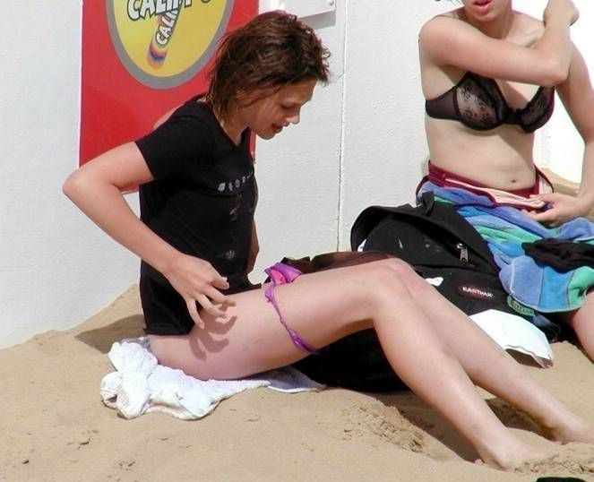Without a trace of embarrassment, these girls change their panties right on the beach - 27