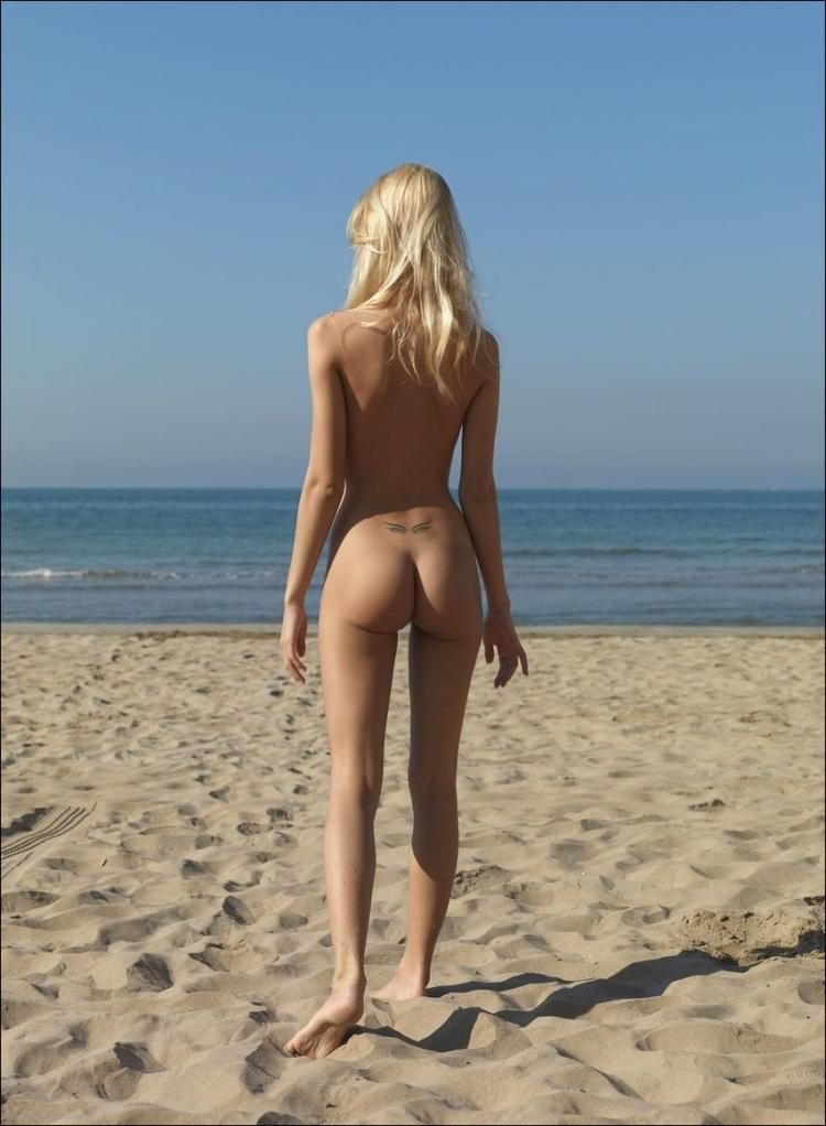 Slim beauty relaxes in the sun - 11