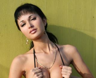 Roxana shows her incredible body
