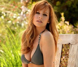 Pretty redhead Carmen Kees