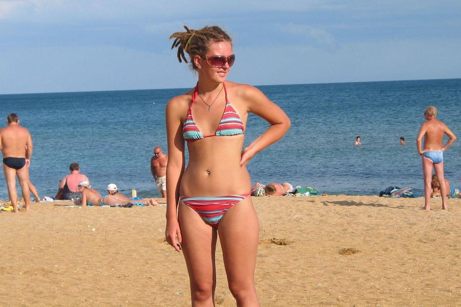 Amateurs Young Girl at the Beach in Bikini - 12